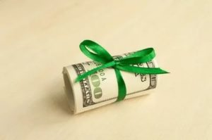 Денежный подарок сотруднику налогообложение 2020